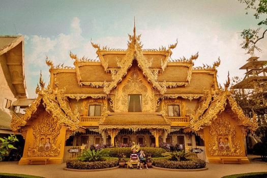 Toilet vàng gây sốt ở Thái Lan khiến du khách thích thú check in liên tục