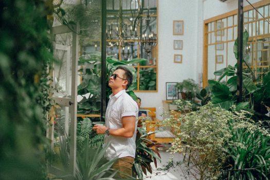 Cà phê đẹp Sài Gòn: Khu vườn nhỏ lấp lánh nắng trên tầng cao